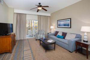 Uma área de estar em Lake Buena Vista Resort Village and Spa, a staySky Hotel & Resort Near Disney