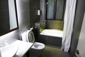 A bathroom at 5footway.inn Project Ponte 16