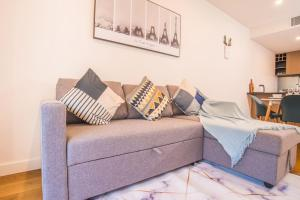 A seating area at Serene Leichhardt 2bed2bath APT (Lewisham Station)