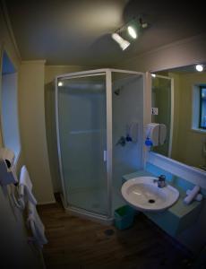 A bathroom at Birchwood Spa Motel