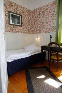 A bed or beds in a room at Hotell Edgar & Lilla Kök