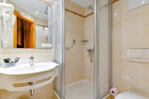 A bathroom at Hotel Rembrandt