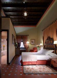 A bed or beds in a room at Parador de Ubeda