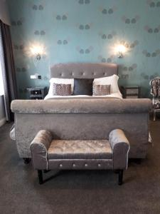 A bed or beds in a room at Canterbury Lodge