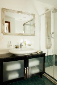 Ванная комната в Dioni Boutique Hotel
