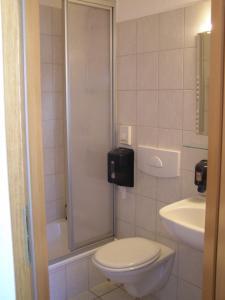 Ein Badezimmer in der Unterkunft Hotel Alt Vinnhorst