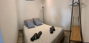 A bed or beds in a room at 1 bedroom Old town, 6 min walk Palais, Plages, Croisette, 4 persons