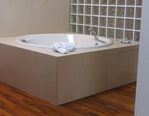 A bathroom at Parizzi Suites & Studio