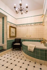 Ett badrum på Burghotel auf Schönburg