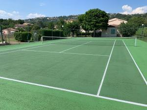 Tennis and/or squash facilities at Le Champ d'Eysson Aparthotel or nearby