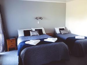 A bed or beds in a room at Mount Adam Lodge