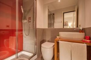 A bathroom at Tritone Top House