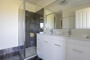 A bathroom at Harmans Lodge Private Rural Escape