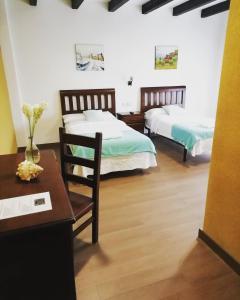 A bed or beds in a room at Hotel Rústico Prado da Viña