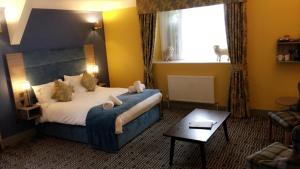 A bed or beds in a room at Stonecross Manor Hotel, BW Signature Collection