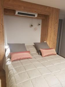 A bed or beds in a room at Caveau de l'ami Fritz