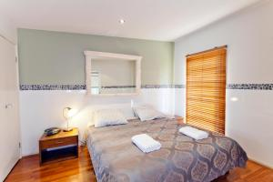 A bed or beds in a room at Newcastle Harbourside Terraces
