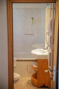 A bathroom at Le Paquis
