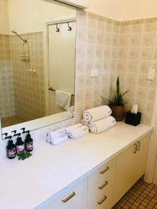 A bathroom at The Lake House Retreat