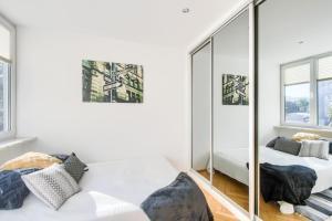 Łóżko lub łóżka w pokoju w obiekcie Nowogrodzka Apartment