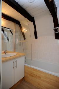 A bathroom at Le Clos des Rives