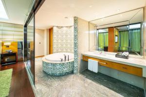 A bathroom at Lia! Chengdu Hotel