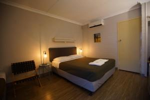 A bed or beds in a room at Motel Maroondah