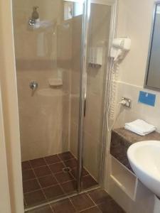 A bathroom at Desert Sand Motor Inn