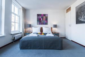 A bed or beds in a room at Short Stay Group Staalmeesters Serviced Apartments Amsterdam