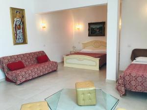 A seating area at Hotel Giulietta e Romeo