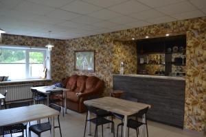 "The lounge or bar area at Усадьба ""Рыжий пёс"""