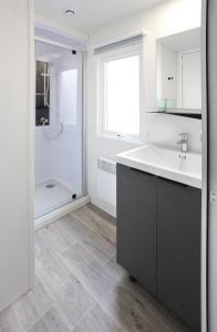 A bathroom at Camping Officiel Siblu La Réserve