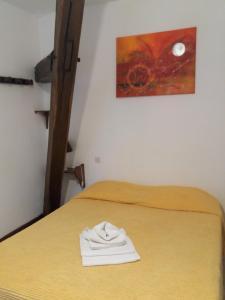 A bed or beds in a room at Hôtel Restaurant de l'Abbaye