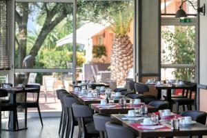 A restaurant or other place to eat at The Originals Boutique, Hôtel des Orangers, Cannes (Inter-Hotel)