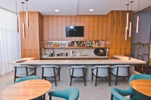 Uma TV ou centro de entretenimento em Gran Hotel Morada do Sol