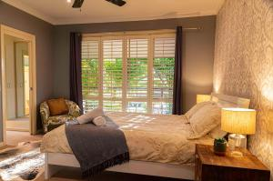 A bed or beds in a room at Magnificent Lakeview House - Long Jetty