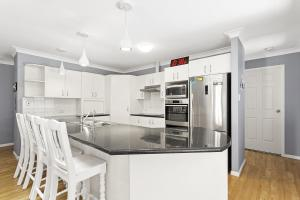 A kitchen or kitchenette at The Family entertainer in the heart of Corlette!
