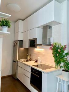 A kitchen or kitchenette at Apartment Imeretinsky on Parusnaya 23