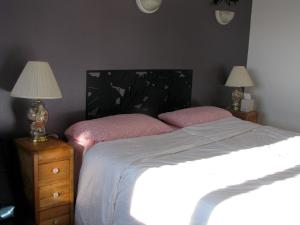 A bed or beds in a room at Fireflies Bed & Breakfast