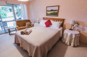 A bed or beds in a room at Eighteen Mile Cottage