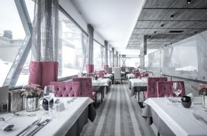 A restaurant or other place to eat at Hotel Rigele Royal Superior