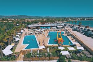 A view of the pool at Camping Ampolla Playa or nearby