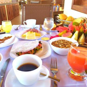 Breakfast options available to guests at Hotel Villa Beija Flor