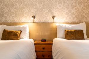 A bed or beds in a room at Edale House B&B