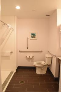 A bathroom at Hampton Inn Hamburg