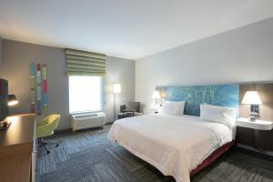 A bed or beds in a room at Hampton Inn Hamburg