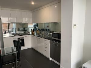 A kitchen or kitchenette at Essendon Apartments