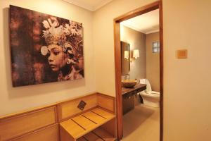 A bathroom at Puri Raja Hotel