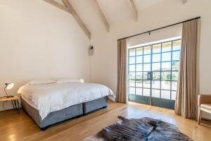 A bed or beds in a room at Druk My Niet Wine Estate