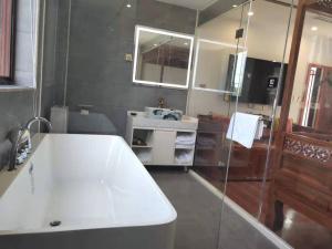 A bathroom at Qinfu Hotel Beijing Nanluogu Lane Houhai